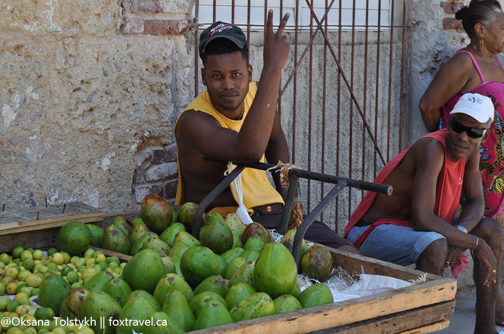 Продавец фруктов. Старый город, Гавана