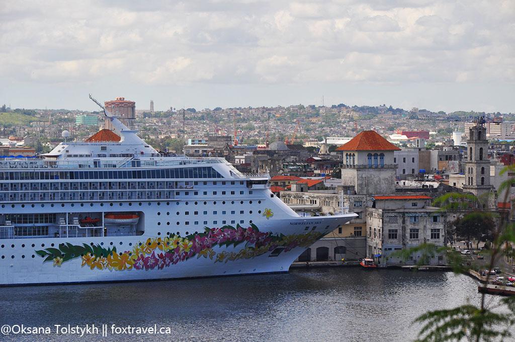 круизный лайнер в порту Гаваны